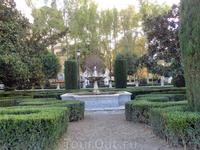А вот окружающие его сады мне очень понравились, приятная зона для отдыха. Поскольку это было воскресенье, да еще праздник, то в парке было множество отдыхающих ...