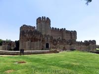 Замок открывается вашему взору сразу за средневековыми стенами и моментально поражает своей красотой. Своеобразный синтетический стиль в архитектуре, в котором тесно соединились элементы ренессансного