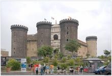 Новый Замок, или Кастель Нуово — классическая грубая крепость с огромными круглыми башнями и неожиданно изящным белым фасадом