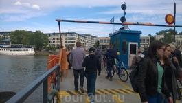 Через реку можно перебраться не только по одному из мостов, но и на прекрасном оранжевом пароме. Паром называется Föri и курсирует по своему маршруту уже ...