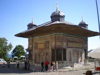 Нынешний скромный вид «Имперских ворот» скрашивает великолепный фонтан султана Ахмеда, расположенный перед ними еще в городской черте, по соседству со ...