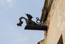 Первая остановка - Олеский замок и охранник - дракоша
