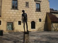Этот гимн стройности находится перед входом в чудный музей игрушек, в самом конце Градчан. Напротив - недавно открытый замечательный частный музей рода ...