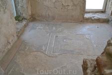 Рядом с храмом обнаружены остатки крупных сооружений. В одном из них при очистке небольшой комнаты в 1953 году открыт мозаичный пол размером 2,9x2,9 метра, являющийся уникальным памятником древнеармян