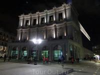 Королевский оперный театр, вид с обратной стороны.