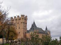 Мы проходим через ворота и Алькасар появляется перед нами, как изящный волшебный замок. К стати, считается, что именно замок в Сеговии стал прототипом ...
