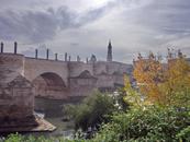 Старый мост, La Puente de Piedra (каменный) датируется 1440 годом, хотя есть документы, которые говорят, что первый мост на этом месте был возведен еще ...