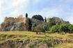 Вот она цель нашей экскурсии: вершина горы, замок и Акрополь...