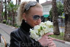 На улицах продают весенние цветы. Фрезии,кто знает тот поймет о чем, этот запах чудесный.стоит букет из 30 штук-1евро.Море удовольствия
