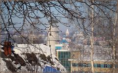 сквозь ветки проглядывается историческая часть города с переулка Кувшинский