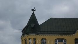 ДОМ КОТОВ  Дом с котами построил для себя состоятельный латышский купец в 1910 году. Он хотел вступить в купеческую Гильдию, которой в то время заправляли ...