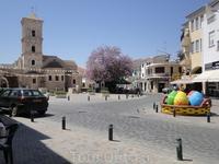 Кипр , Ларнака церковь святого Лазаря. Площадь украшена к пасхе , очень красиво  В церковь заходить можно только с зарытыми плечами и коленками .