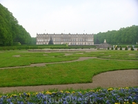 На следующий день отправилась в замок Херренкимзее на озере Кимзее. Погода правда немного подвела, накрапывал мелкий дождик и небо было пасмурным, но парк ...