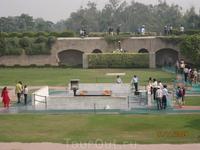 Мемориал Радж Гхат, построен на месте кремации национального лидера Индии Махатмы Ганди.