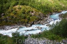 Долина Utladalen  По дну  шумит  порожистая речка, где-то узкая и бурная, где-то широкая и с перекатами.