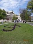 Австрия, Вена. Памятник Моцарту. С клумбой в виде музыкального ключа.