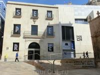 Кроме парков и замков в Аликанте есть два совершенно прекрасных музея. Вход в музеи - бесплатный. Вот этот, музей современного искусства находится на площади ...
