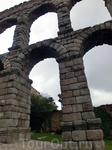 Акведук является самым важным памятником в архитектуре города. В течение многих столетий он оставался активным, снабжая Сеговию и, в частности, величественный Алькасар водой, что по всей видимости и п
