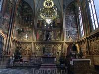 Капелла святого Вацлава - самая ценная из храмовых капелл, возведенная П. Парлержем над могилой святого в 1362—1364 гг. Из капеллы имеется выход на лестницу ...