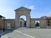 От храма мы пошли по улице кардинала Сиснероса и дошли до площади, которая заканчивается Воротами Мадрида и так же и называется. На этом месте ворота стояли ...
