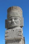 Фигуры четырех атлантов возвышаются на пирамиде  на высоте 4.6м. Вместе с огромным змеем и колоннами они, по-видимому, когда-то поддерживали резную крышу ...