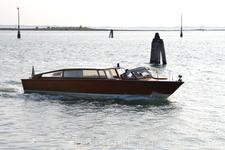 От кемпинга ходит такой катер до самой Венеции