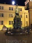"""Бронзовый памятник императору Карлу IV на месте бывшего воинского караула. Это один из самых почитаемых народом королей. Чехи называют его """"Отцом Родины"""" ..."""