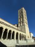 У церкви портик с десятью арками и капителями. В XVIII веке здесь случился пожар и внутренее убранство церки переделали в барочном стиле. Надеюсь, в следующий ...