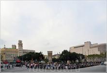 От площади Каталонии берут свое начало две самые знаменитые улицы Барселоны — Рамбла (Rambla) — широкая улица старого города, и Проезд Грация (Passeig de Gracia) — настоящая витрина современной архите