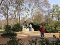 """Здесь установлен памятник Анонимусу, в 12 веке написавшему легендарную летопись """"Деяния Венгров"""""""