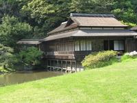 Он славится также архитектурными сооружениями, перенесенными сюда из других уголков страны.