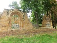 Это сооружение недалеко от домика рыбака я как раз и искала. Это остатки церкви с грустной судьбой. Ее построили в 1270 году в городе Авиле и посвящена ...
