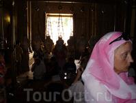 При входе в Храм паломники останавливаются перед Камнем помазания.