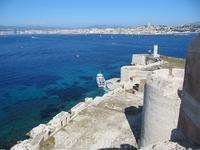 С крепостных башен открывается чудесный вид как на сам замок Иф, так и на Марсель.