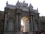Главные ворота Дворца Долмабахче. Здесь пришлось здать свои фотоаппараты и телефоны на хранение. Фото натерритории Дворца платные, в местной валюте, которой у меня не оказалось.