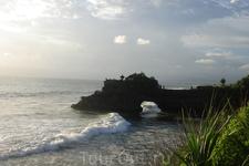 Бали/ напротив храма Танах Лот расположен на скале еще один храм