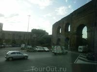Эта развалина прямо у отеля, в котором мы жили в Риме. Интересная у итальянцев концепция по отношению к памятникам архитектуры: они их не реставрируют ...