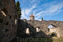 Руины здания Академии. В XII веке при царе Давиде Строителе был построен Успенский храм и пристроен корпус Академии. Эта академия вошла в историю тем, что в ней учился Шота Руставели. По этому случаю