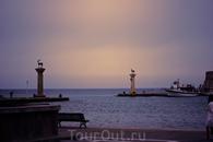 Вход в гавань Мандраки, раньше считалось, что над этим входом в гавань стояло одно из семи чудес света - Колосс Родосский с широко расставленными ногами ...