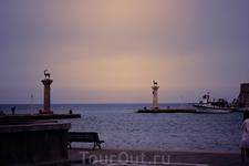 Вход в гавань Мандраки, раньше считалось, что над этим входом в гавань стояло одно из семи чудес света - Колосс Родосский с широко расставленными ногами и факелом в руке. Но тому нет никаких доказател