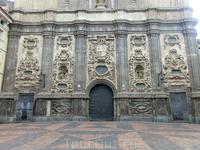 Строительство церкви было завершено в 1704 году. Ее фасад в стиле чурригуреско, напоминающий о лучших образцах этого стиля, рожденного в Саламанке, просто ...