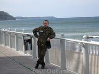 На пляже, внизу обрыва, небольшая набережная, место променада отдыхающих и жителей, перед недавно построенным отелем (Гранд-отель), в кадр не попал, а ...