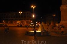 Рим.  Piazza del  Popolo  . Справа  виден  фрагмент  обелиска и фонтан со львами.