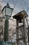 Элементы сельских удобств: фонарь и колокол для сбора.