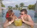 По утрам мы бежали в бассейн поплавать, а заодно выпить свежего кокосового сока. Очень бодрит.