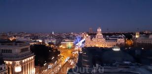 Со смотровой площадки хорошо видна и улица Алькала, и площадь Сибелес.