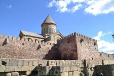 Недалеко от Джвари располагается другой культовый памятник христианской Грузии - один из главных православных грузинских храмов – кафедральный собор Светицховели.  Он был построен в XI веке (1010- 1