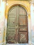 Старые двери. Кстати в местных домах живут люди