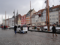 Променад по самой знаменитой Копенгагентской набережной хорош в любое время суток. Мы прогулялись здесь с утра. Район Нюхавн заряжал энергией и оптимизмом ...