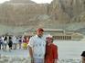 на фоне храма Хатшепсут
